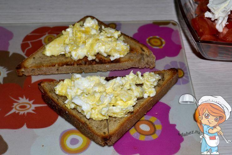 Выкладываем яйца на хлебцы