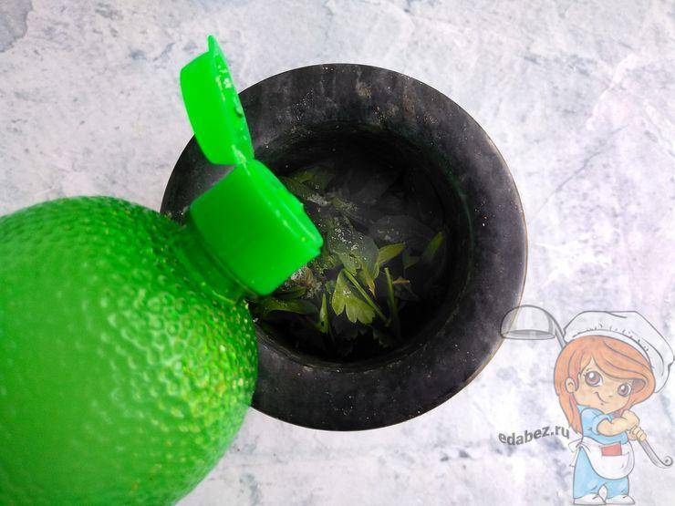 Вливаем лимонный сок