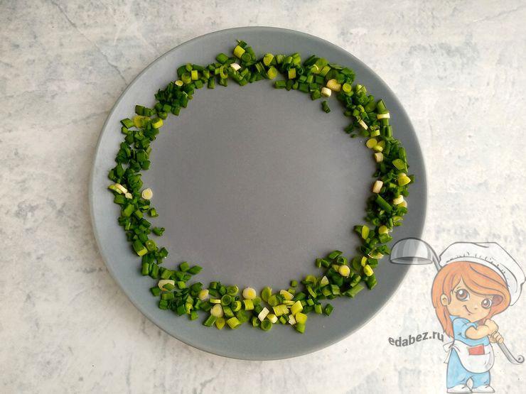 Выкладываем кольцо на тарелке