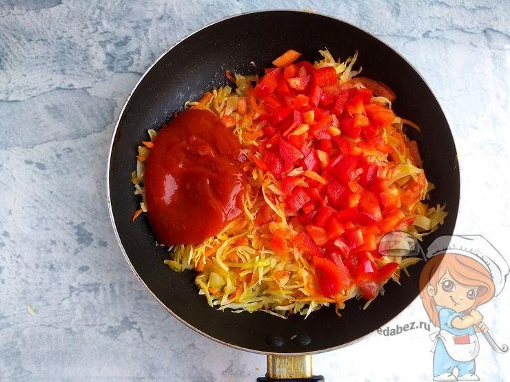 Кладем перец и томатную пасту