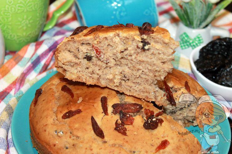 Простой пирог с черносливом и курагой