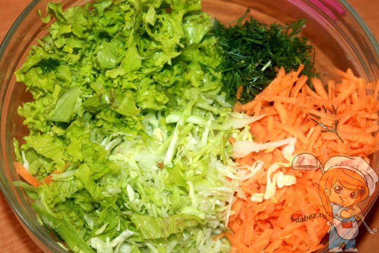 Соединяем салат, капусту, морковь и укроп