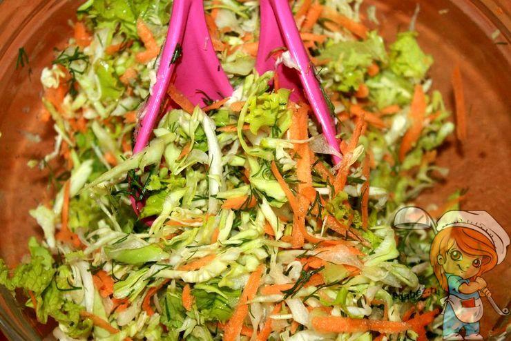 Перемешиваем салат салатной ложкой