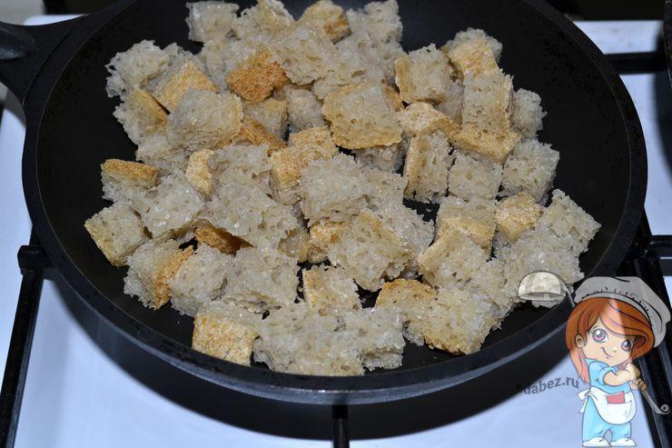 Отправляем сухарики на сковороду