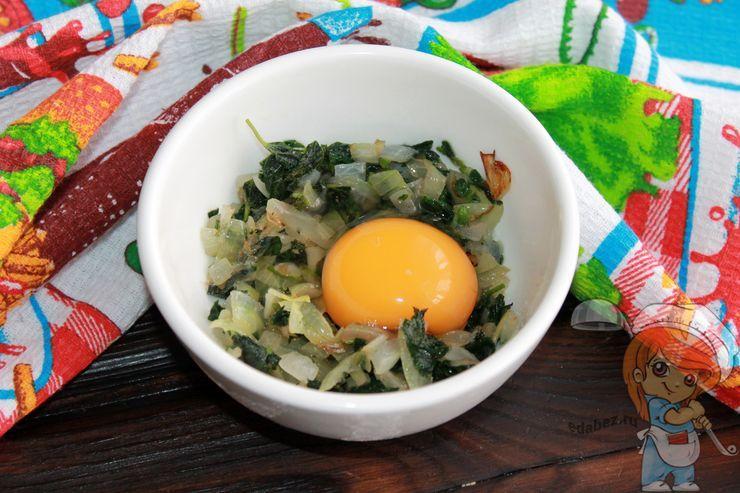 Добавляем куриное яйцо в начинку
