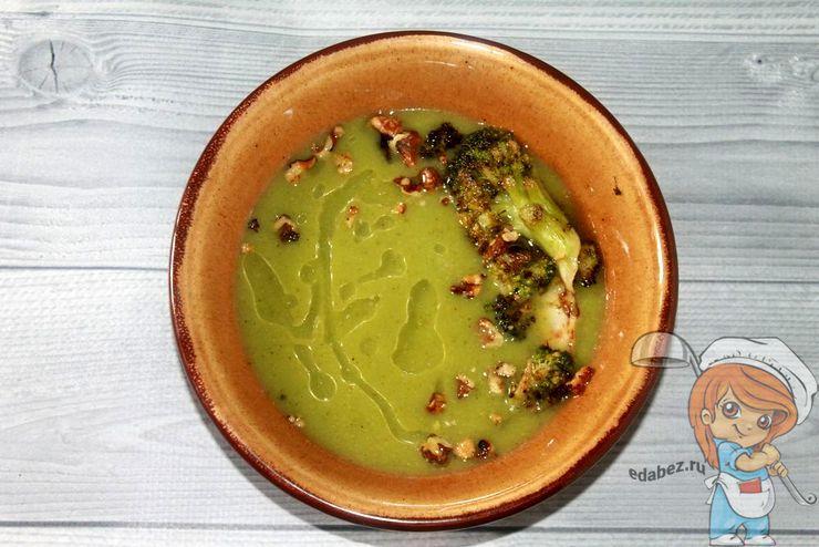 Украшаем жаренным брокколи и орехами