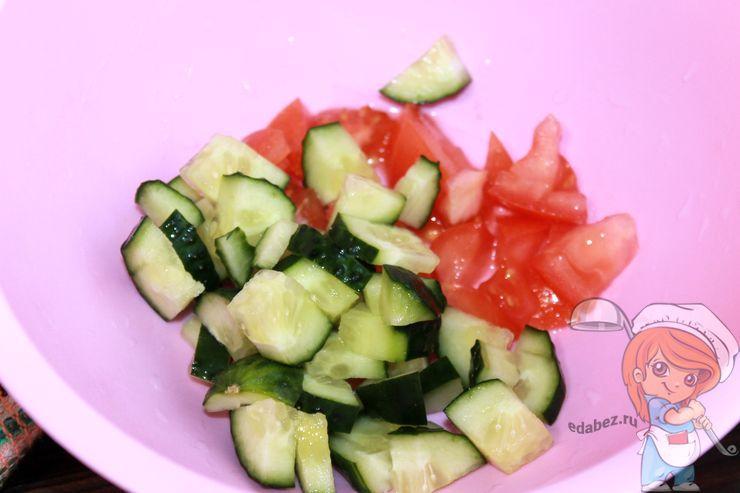 Режем огурцы с помидорами