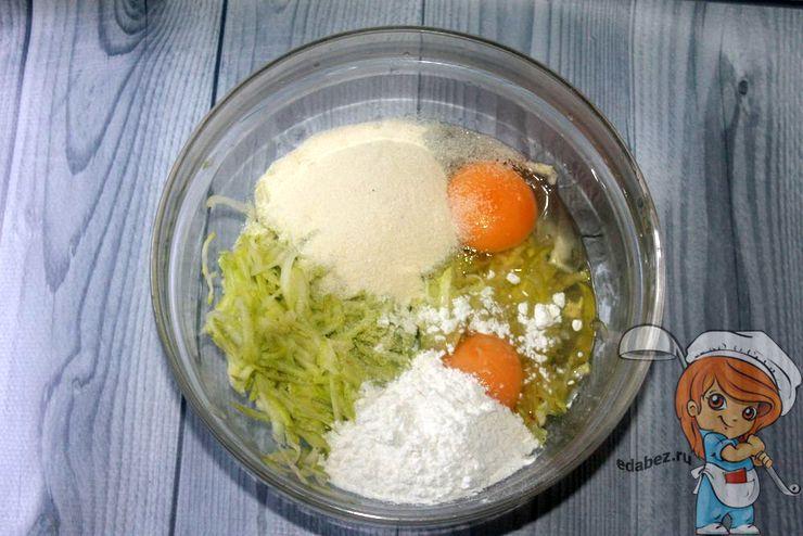 К кабачку добавляем яйца и муку