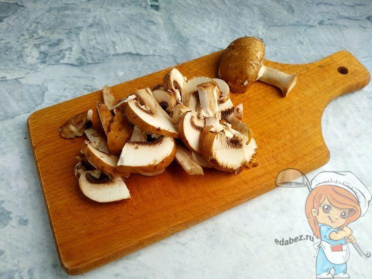 Нарезаем грибы пластинками