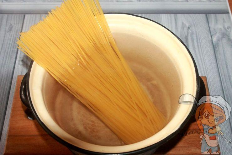 Помещаем спагетти в воду