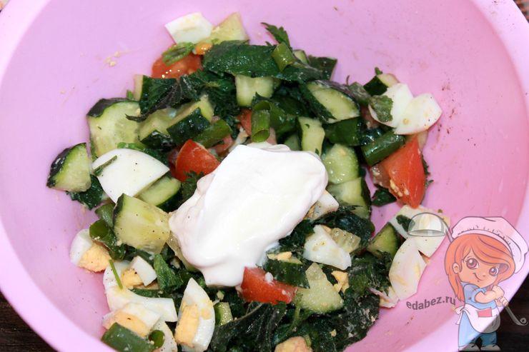 Заправляем сметаной салат
