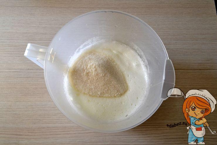 Вливаем масло и всыпаем сахар