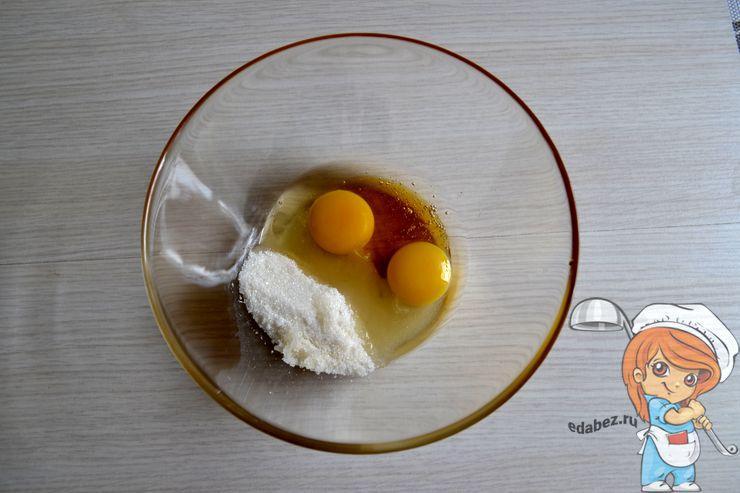 Смешиваем яйца, мед и сахар
