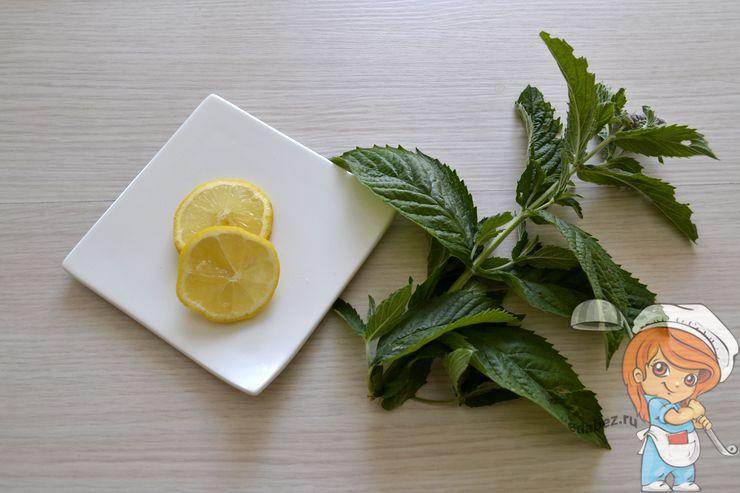 Моем мяту и режем лимон