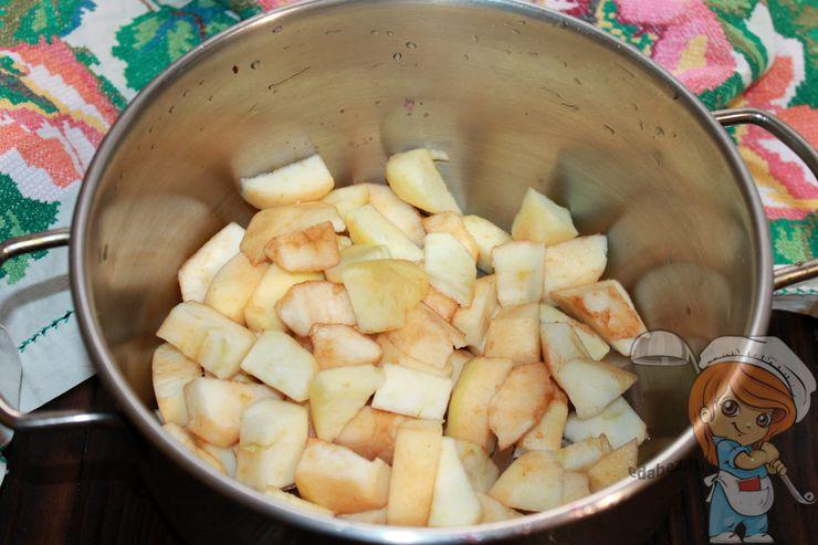 Режем яблоки кубиками