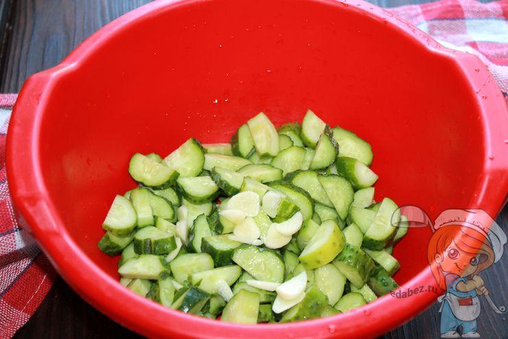 Режем огурцыы и добавляем чеснок