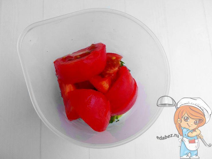 Очищенный помидор помещаем в чашу блендера