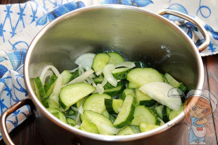 Выкладываем овощи в кастрюлю