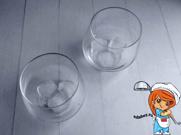 Кладем кубики льда в стаканы