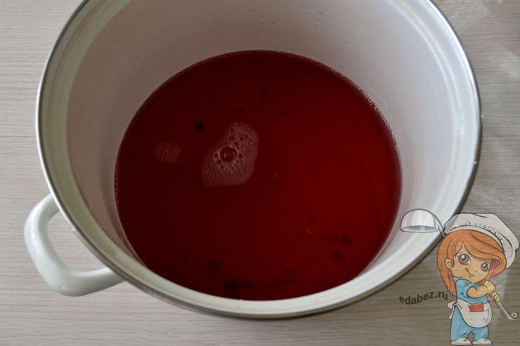 Сливаем жидкость с бутылок в кастрюлю