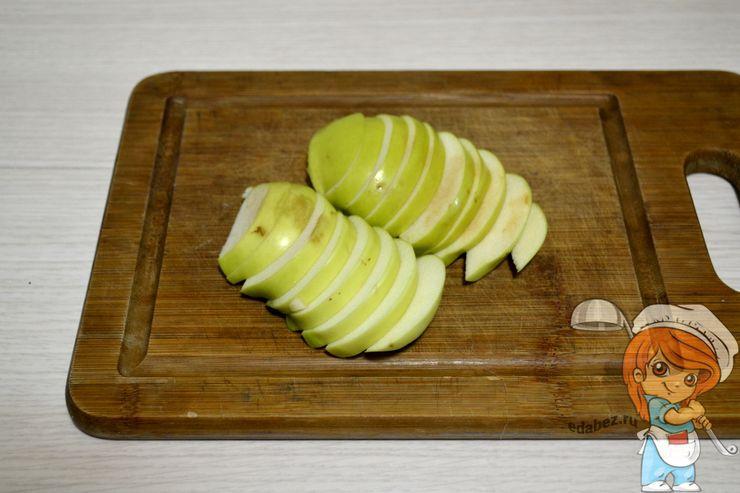 Режем яблоки дольками