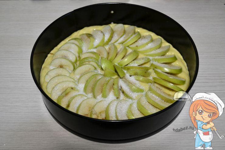 Помещаем яблоки в тесто