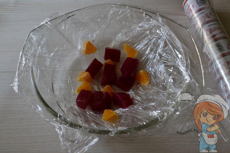 Выкладываем в форму желе и кусочки мандарина