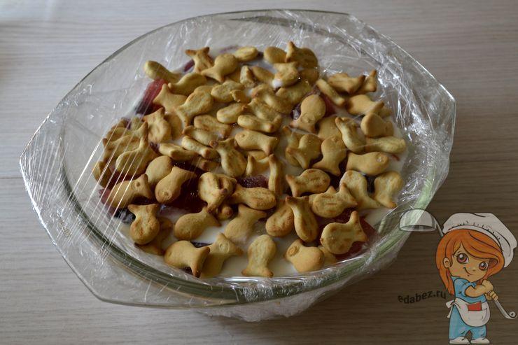 Посыпаем печеньем верхний слой