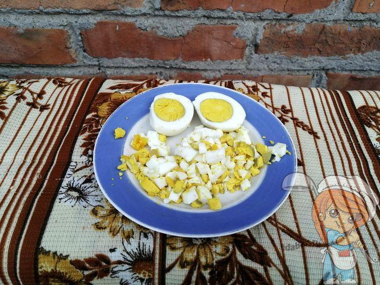 Нарезаем отварные яйца