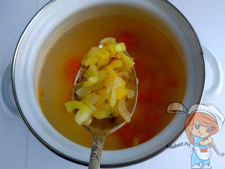 Кладем овощи в бульон