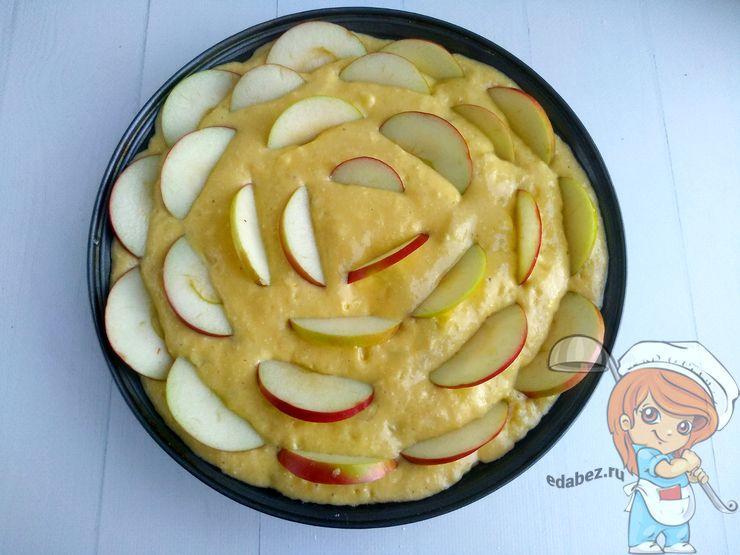 Украшаем пирог яблоками