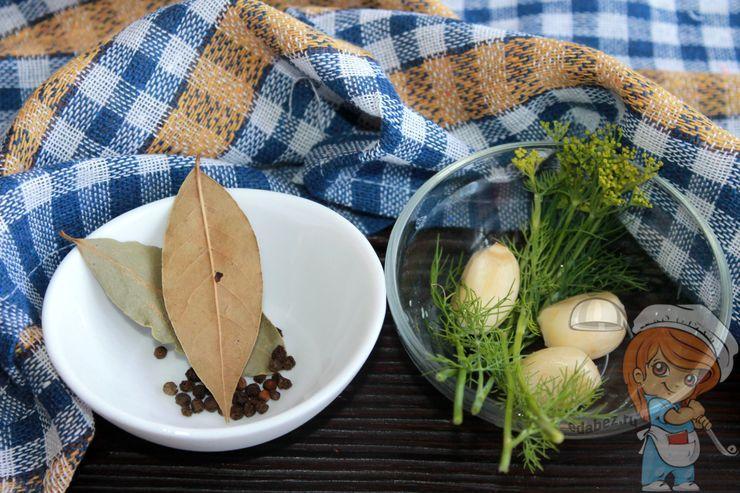 Чистим чеснок, моем зелень, подготавливаем специи