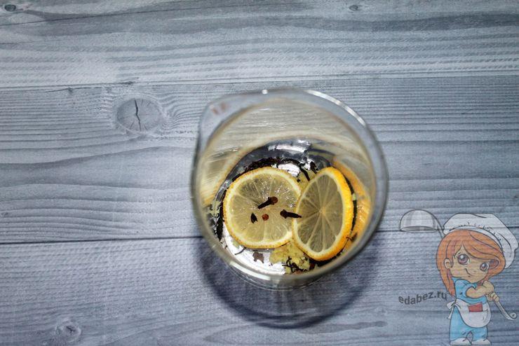 Соединяем лимон, гвоздику, имбирь и чай