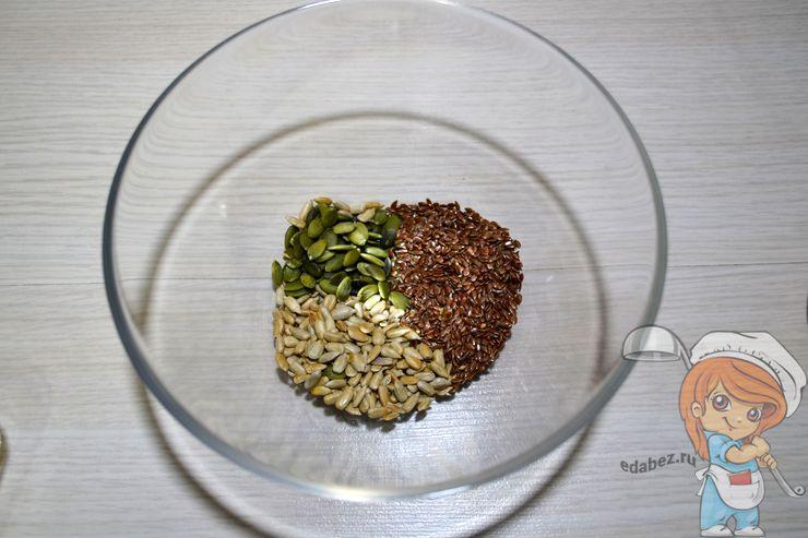 Пересыпаем семечки и орехи в тарелку