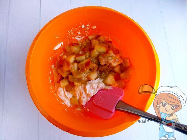 Смешиваем яблоки с творогом