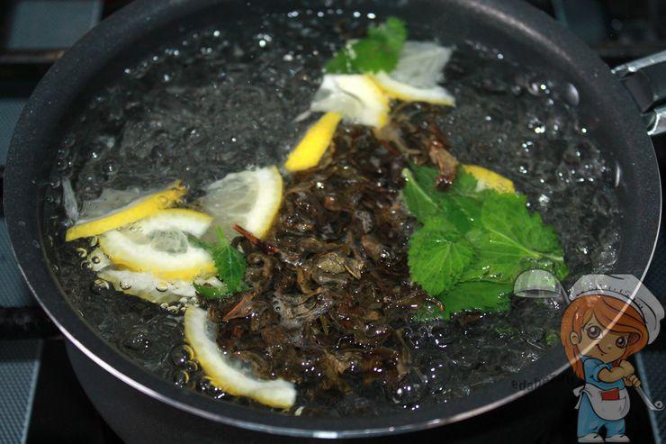 Выкладываем ингредиенты в кипящую воду