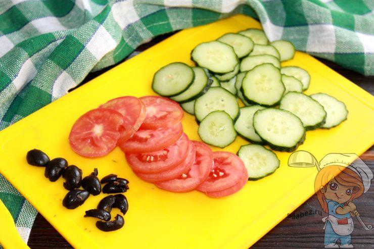 Нарезаем кружочками помидоры и огурцы