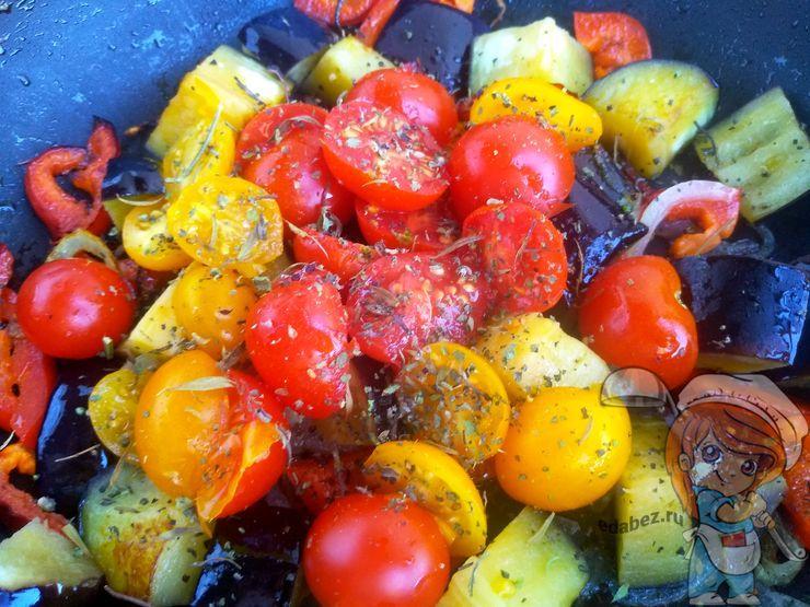 Кладем помидоры и перчим