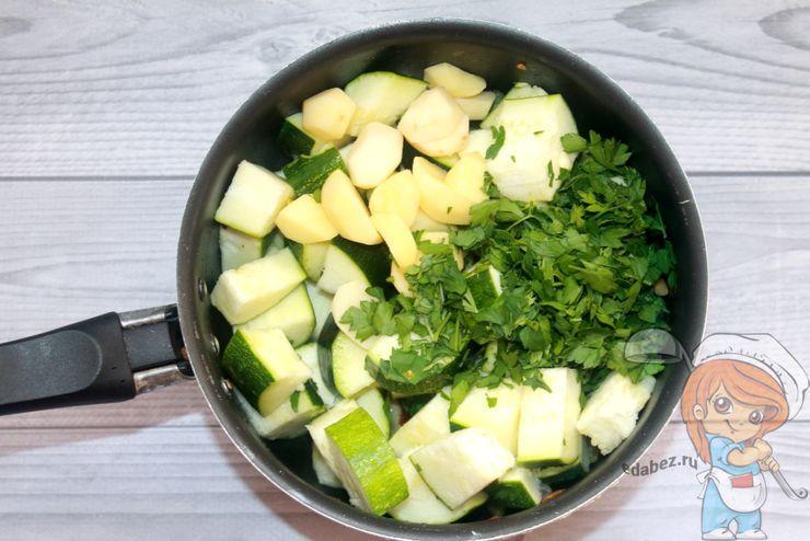 Кладем картофель, цукини и зелень
