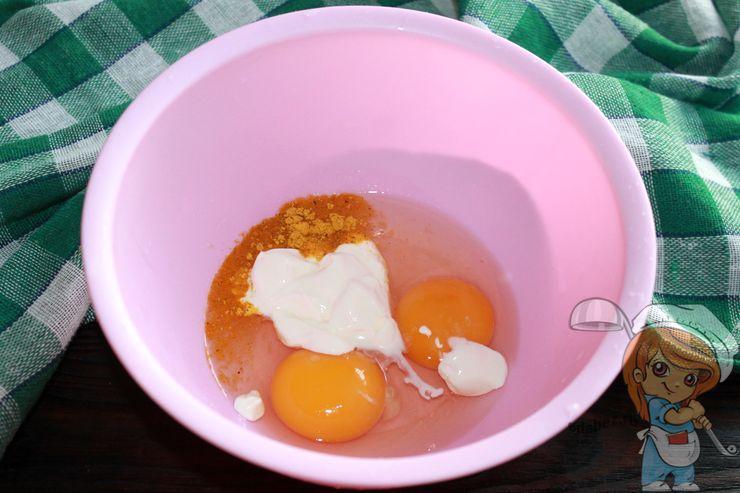 Соединяем яйца, сметану и соль