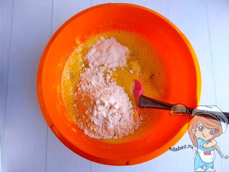 Всыпаем соль, разрыхлитель, муку и ваниль