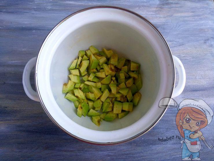 Выкладываем авокадо в кастрюлю