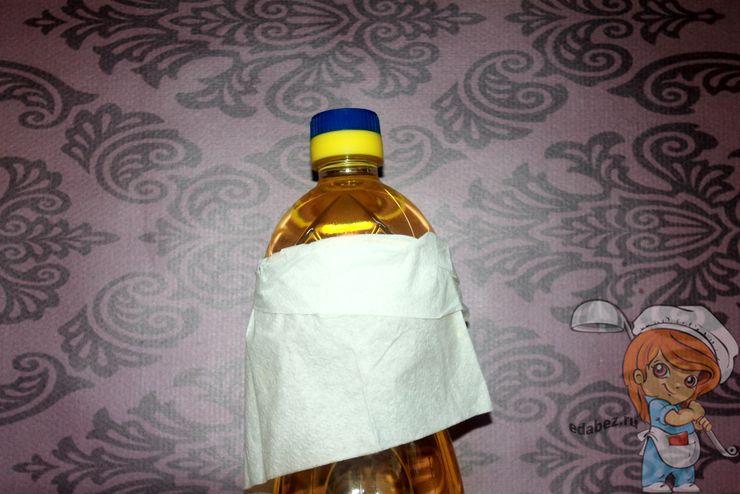 Обматываем бутылку салфеткой