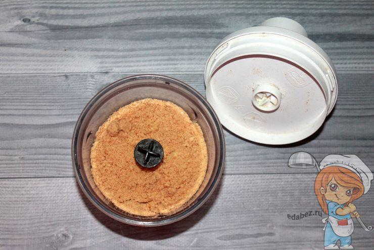 Измельчаем печенье в крошку
