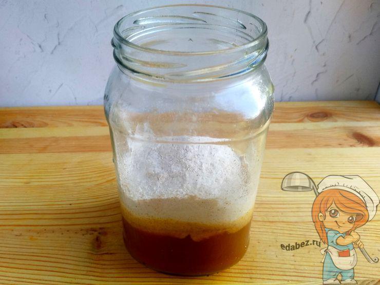Добавляем мед и муку в отвар