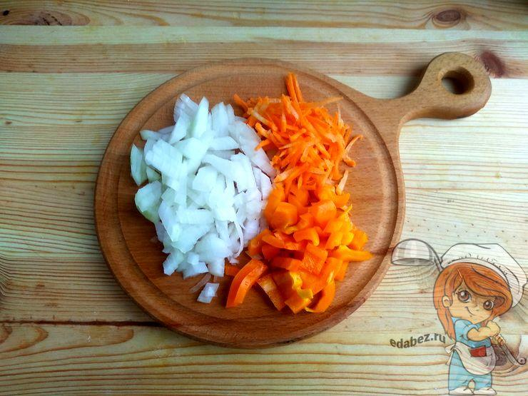 Режем лук, перец и натираем морковь