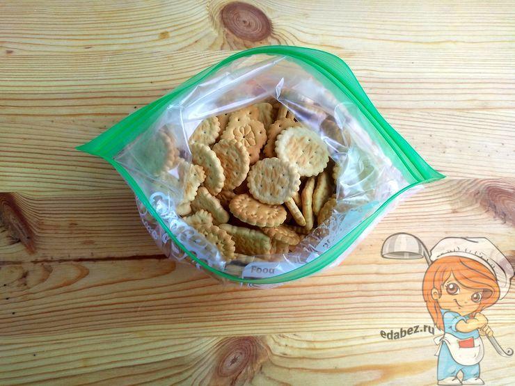 Перекладываем печенье в пакет