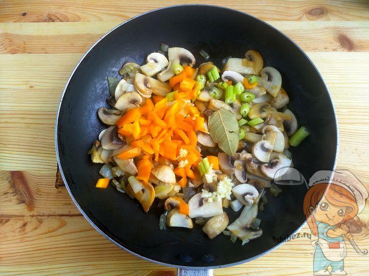 Обжариваем овощи с грибами