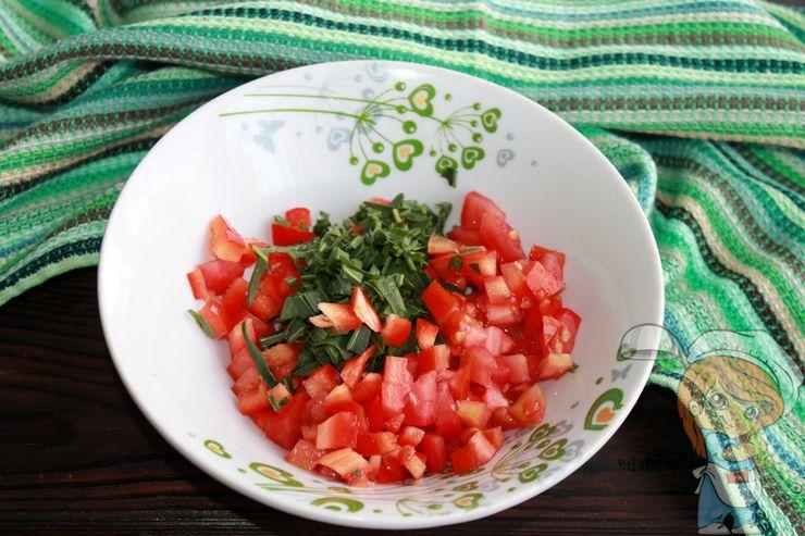 Смешиваем овощи с зеленью