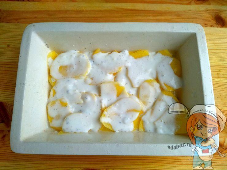 Первый слой: картофель под соусом